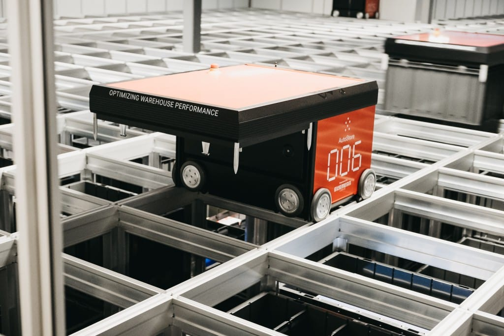 – A close-up of an AutoStore robot working at the Oslo-warehouse.